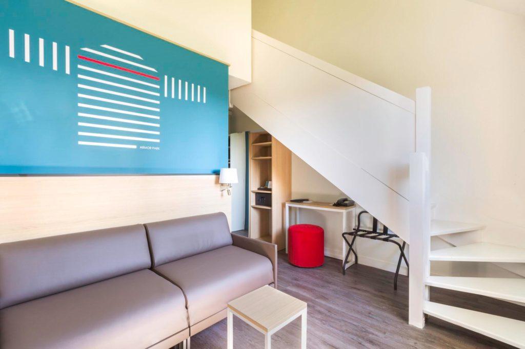 Canapé et escalier de la Suite Familiale